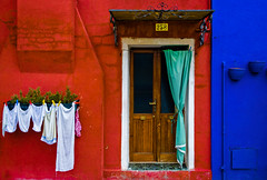 No 258 (Blende1.8) Tags: door travel italien blue venice red italy rot architecture facade aka nikon italia laranja clothes architektur clothesline blau nikkor rd rood rosso venedig tr wsche burano fassade reise   rd wscheleine   roig   czerwony erven krmz 24120mm rooi czerwie  carmn   bermeyu             d700