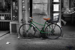 Bicycle in green (zbma Martin Photography) Tags: city white black green bicycle stadt weiss velo schwarz fahrrad grnes