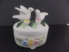 Caixa em Porcelana Biscuit «Passarinhos» (Antiquariaa_Lisboa) Tags: flores vintage biscuit caixa pássaros pomba romântico porcelana naturalista