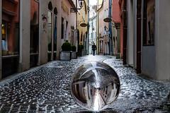 Tndlergasse // Mit der Kugel durch Regensburg (seyf\ART) Tags: rain town stadt refraction regensburg ratisbon crystalball glaskugel