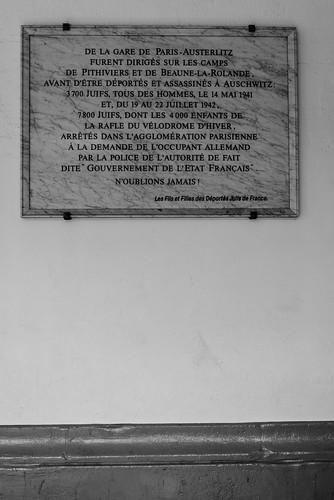 Plaque en souvenir des juifs déportés à Pithiviers et Beaune-la-Rolande, Gare d'Austerlitz (Paris, France)