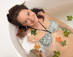 Honigkuchenpferd (juliaeisenbraun) Tags: wasser julia laub badewanne bltter lcheln
