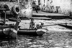 espera... (felipe sahd) Tags: city cidade brasil barcos noiretblanc menino maranho barreirinhas 123bw riopreguias