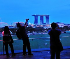 the competition (SM Tham) Tags: asia singapore nationalgallery roof deck rooftop photographers people view marinabay marinabaysands esplanadetheatresonthebay padang field trees bluehour