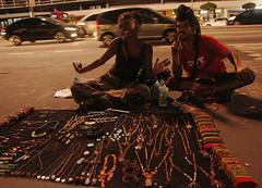 ''Hippies'' vendem seu trabalho na rua (PortalJornalismoESPM.SP) Tags: água hippies caixa carros alegria ônibus prédios avpaulista bijuterias