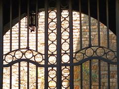 Academia bones lletres (Ms. Briongos) Tags: barcelona door muro wall pared puerta farola gate bcn catalonia porta bones academia catalunya archivo buenas catalua barna gotic katalonien catalogne lletres arxiu catalonha academiadelesboneslletres