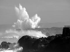 Oln contra la isla de Mouro (alfonsocarlospalencia) Tags: naturaleza byn faro agua olas isla santander nube temporal rocas violencia espuma maremoto vendaval imposible fuerza espectacular galerna descomunal mouro explosin inenarrable inslito alucine oln terrorfica olaza zambombazo