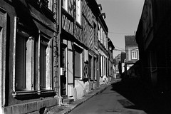 Verneuil-sur-Avre (Philippe_28) Tags: verneuilsuravre eure normandie france europe 27 colombage pansdebois 24x36 argentique analogue camera photography film 135 bw nb
