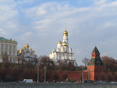 Moscow Kremlin (VERUSHKA4) Tags: canon europe russia vue view moscow cityscape city ville wall kremlin sky ciel cloud temple church cathedral dome cupolas gold white red tree spring march springtime season quai car architecture decor fortress road outdoor street centre historic hccity bellhouse astoundingimage streetlamp farole lamp tower palace