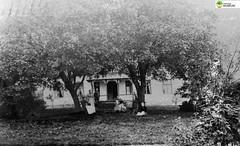 tm_6165 - Djusätra brunn, Skövde (Tidaholms Museum) Tags: svartvit positiv byggnad exteriör bostadshus trädgård familj gruppfoto människor