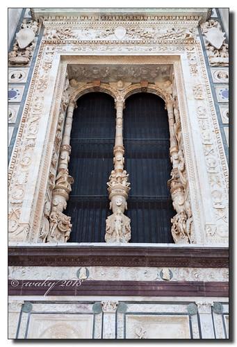 Ventanal en mármol de la Certosa de Pavía