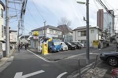 Tokyo.世田谷区太子堂 (iwagami.t) Tags: 201901 fujifilm fuji xt1 xf14mm japan tokyo city town urban street road alley building people car