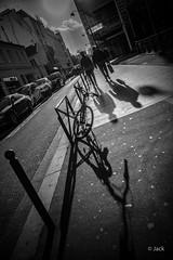 dans la lumière (Jack_from_Paris) Tags: l3008448bw leica m type m10p 20021 leicaelmaritm28mmf28asph 11606 dng mode lightroom capture nx2 rangefinder télémétrique bw noiretblanc noir et blanc monochrom wide angle street regard sun backlight vélo bicyclette shadows ombres blackandwhite monochrome