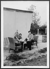 Archiv S618 Kaffeeklatsch, Leipzig, Mai 1977 (Hans-Michael Tappen) Tags: archivhansmichaeltappen kaffeekanne service tisch garten outdoor kleidung 1977 gartenstuhl fotorahmen 1970s 1970er