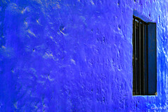 Perdida en el azul (Gaby Fil Φ) Tags: perú patrimoniodelahumanidad ciudadescolonialesdeaméricalatina ciudadespatrimonio sudamérica latinoamérica azul sillar arequipa ciudadesdelperú ventanas