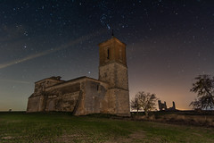 Caudilla bajo las estrellas (Victor Aparicio Saez) Tags: naturaleza nocturna natural fotoconamparohervella estrellas iglesia lightpainting