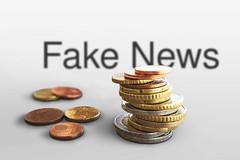 Fake_News-vor-Geld (Christoph Scholz) Tags: fake news fakenews fälschung falschmeldung hetze rechte internet gruppen chat manipulation täuschung soziale medien trump donald