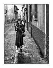 Dans les rues de Granada. (francis_bellin) Tags: 2019 blackanwhite olympus noiretblanc andalousie streetphoto touriste street monochrome netb rue photoderue bw fevrier espagne grenade