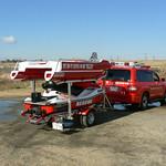 水上オートバイで牽引する水難救助船の写真