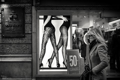 ... (ángel mateo) Tags: ángelmartínmateo ángelmateo budapest hungría mujer escaparate compras piernas medias culo calle urbano publicidad woman showcase shopping legs stockings ass street urban advertising