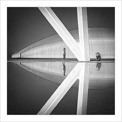 K2 (ximo rosell) Tags: ximorosell bn blackandwhite bw composició calatrava ciudaddelasciencias cuadrado squares spain llum luz light valencia arquitectura architecture abstract abstracció people fotografo reflejos reflexes