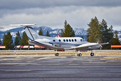 1984 Beech B200 King Air N61AP c/n BB-1192 taxiing at Truckee Airport California 2019. (planepics43) Tags: beechcraft beech n61ap bb1192 truckeeairport trk kingair airport aviation aircraft airplane airshow 17crossfeed claytoneddy california cockpit landing tower takeoff taxi gulfstream laketahoe learjet flying flight pilot planes planespotting plane