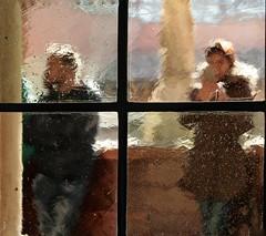 Curioseando. Looking (marisabosqued) Tags: personas people cristalantiguo oldcrystal laaljjaferíapalace distorsiones distortions snapseed canoa palaciodelaaljaferia