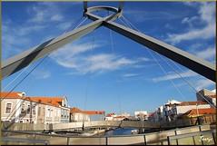 Aveiro (Portugal, 16-7-2010) (Juanje Orío) Tags: aveiro portugal 2010 europa europe europeanunion unióneuropea puente bridge agua water ría costa
