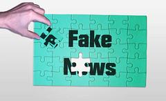 Fake_News-als-Puzzle (Christoph Scholz) Tags: fake news fakenews fälschung falschmeldung hetze rechte internet gruppen chat manipulation täuschung soziale medien trump donald