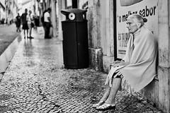 Lissabon Gente de Lisboa 71 bw (rainerneumann831) Tags: bw blackwhite street streetscene ©rainerneumann urban monochrome candid city streetphotography blackandwhite frau lisboa lissabon gentedelisboa