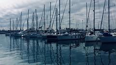 arriar velas (Chencho García) Tags: spain españa valencia nubes azul agua reflejo puerto barco bn