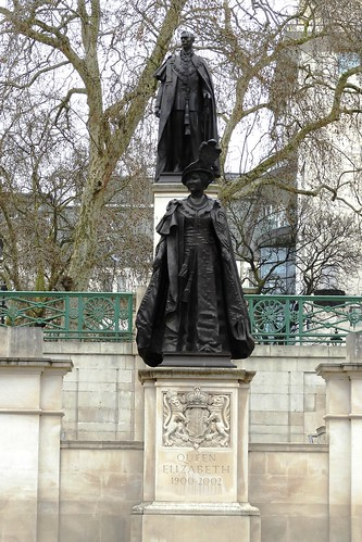 Statues of Queen's Mother and Father, London, England