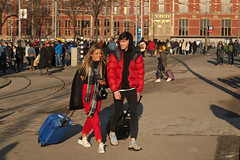 Stationsplein - Amsterdam (Netherlands) (Meteorry) Tags: europe nederland netherlands holland paysbas noordholland amsterdam amsterdampeople candid streetscene people centrum centre center stationsplein centraalstation station gare couple lovers amour man homme guy male cute teen twink femme girl female crowd afternoon aprèsmidi winter hiver sunny ensoleillée sneakers baskets trainers skets nike nikeairmax95 airmax tourists airbnb rollercase january 2019 meteorry