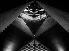- auf die Spitze getrieben - (antonkimpfbeck) Tags: orient2019 architektur art museumfürislamischekunst katar monochrome bw fujifilm