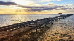 .... im richtigen Licht.. (marionkaminski) Tags: chile chili patagonien patagonía südamerika southamerica américadelsur wolken clouds nubes nuages himmel sky ciel cielo magellanstrase puntasarenas holzsteg sonnenlicht sonnenaufgang sunrise salidadelsol leverdusoleil alba