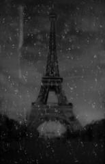 Paris bajo la lluvia (RaulMSujar) Tags: france francia europe europa cities city ciudades capital desenfoque fondodifuminado blackandwhite blancoynegro bw bn flickr ventana rain lluvia eiffeltower torreeiffel paris