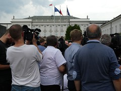 Press conference in front of the Presidential Palace (stillunusual) Tags: warsaw warszawa wwa poland polska streetphotography street city urban urbanscenery streetscene streetlife citylife peopleinthestreet urbanpeople realpeople peoplepictures candidstreetphotography candid candids candidstreetportraiture portrait humanbehaviour humannature pressconference holiday vacation travel travelphotography travelphoto travelphotograph 2018