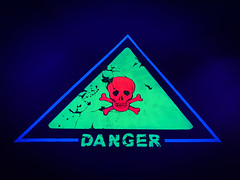 DANGER (Ni1050) Tags: night nacht minigolf dark dunkelheut leuchtfarbe 3d ni1050 ninicrew ninis smg960f galaxy s9 samsung samsnug 2019 handyfoto schild sign danger totenkopf skull