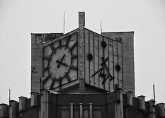 Détour vers le présent (aurel_grand) Tags: minsk architecture stalin stalinism belarus biélorussie минск республика беларусь hiver winter ville city bâtiment bulding nb noirblanc noir blanc bw blackwhite black white heure time temps horloge montre past futur present