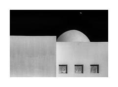 la luna (Karl-Heinz Bitter) Tags: mond luna architektur architecture abstract monochrom monochrome framed rahmen egypt hotel karlheinzbitter kuppel schwarzweiss