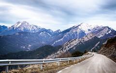 Caminito a la montaña (candi...) Tags: pedraforca montañas nieve arboles carretera guardarrail cielo nubes naturaleza nature sonya77ii airelibre