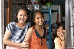 happy sisters (the foreign photographer - ฝรั่งถ่) Tags: three happy sisters doorway khlong lard phrao portraits bangkhen bangkok thailand nikon d3200