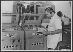 Philips el3500 Rong Studio...Radio Omroep Nederlands Nieuw-Guinea, 1956 Rene Roks (Pabo5) Tags: radio omroep nederland ron philipstaperecorder philips radiostudio nederlandsindonesië el3500 bandrecorder audiostudio radiostation guinea openreel recorder tapedeck