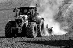 Lavorare la terra (Ivano Di Benedetto) Tags: bw bn bianconero blackwhite agricoltura trattore terra coltivazione blancetnoire