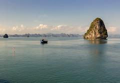 Una tarde en Bahia de Halong (U2iano) Tags: halong bahia bay mar sea vietnam barco ship agua water landscape paisaje