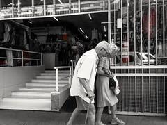 ternamente (lucia yunes) Tags: homememulher casal vidaadois velhice companhia companheiros motoz3play luciayunes cenaderua fotografiaderua fotoderua mobilephotography mobilephoto streetphoto streetshot streetphotography streetscene streetlife lifeinstreet lifestyle life amor love oldage couple