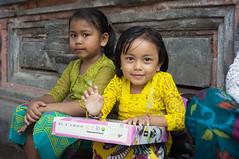 (kuuan) Tags: voigtländerheliarf4515mm manualfocus mf voigtländer 15mm aspherical f4515mm sonynex5n nex5n superwideheliar bali indonesia purapenataransasih pejeng odalan temple festival balinese kids girls smile hallo