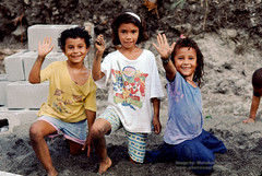 Girls with a Friendly Greeting (Vern Krutein) Tags: friends girl smiles waving face children child young youngster youth childhood little kid preteen people human person humanbeing portrait ninos tween costarica centralamerica latino chicano latina plpv12p0307
