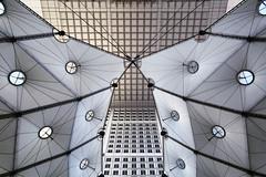 Sous la Grande Arche (erichudson78) Tags: france iledefrance ladéfense hautsdeseine symétrie symmetry monochrome lignes lines canoneos6d canonef24105mmf4lisusm wideangle grandangle
