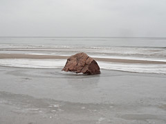 Monolith (onnola) Tags: granit bansin ostseebadheringsdorf kaiserbäder vorpommerngreifswald mecklenburgvorpommern deutschland germany mecklenburgwestpomerania usedom drekaiserbäder ostsee balticsea meer sea strand beach winter sand stein stone rock eis ice
